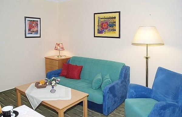 Wohnzimmer mit Essplatz und Schlafcouch zum Ausziehen.