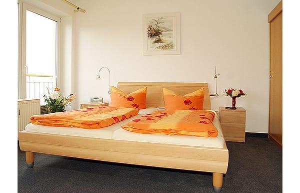 Schlafzimmer mit Doppelbett und Flat-TV