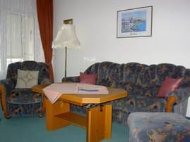 Wohnzimmer mit Südbalkon zum Schloonsee