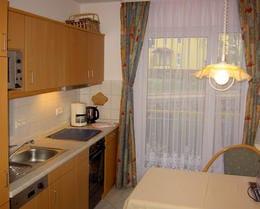 Küche mit Essplatz und kl. Balkon