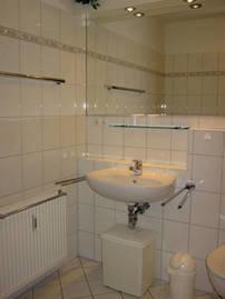 Bad mit Wanne (Dusche) und WC