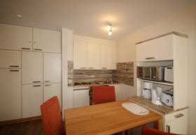 die Küchenzeile mit Essplatz im Wohnzimmer