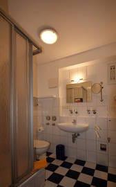 das Bad mit Dusche/WC, Waschbecken und Fön