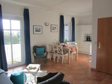 Wohnzimmer mit Essecke und Küche
