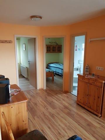 Blick vom Wohnbereich, links Schlafzimmer, Mitte Schlafzimmer, rechts Badzimmer