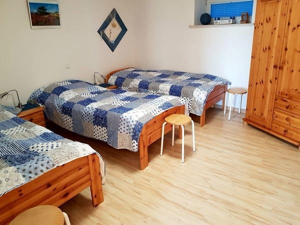 Das zweite Schlafzimmer ist mit drei Einzelbetten und einen Kleiderschrank ausgestattet.