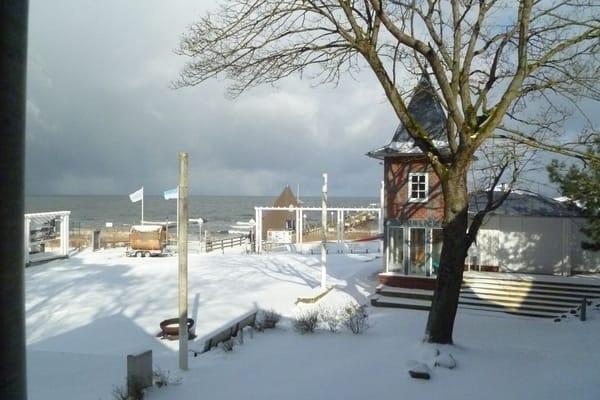 Blick vom Balkon auf die Seebrücke und die Ostsee