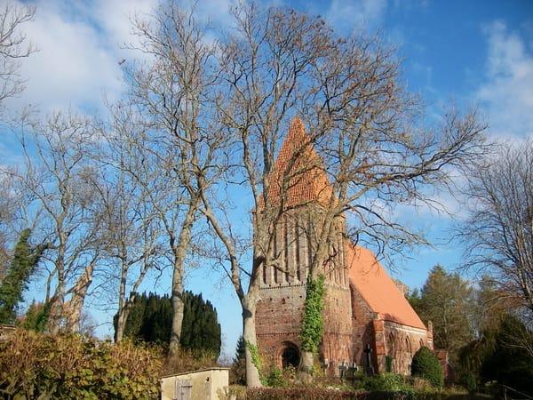 Kirche aus dem 13. Jahrhundert nebenan
