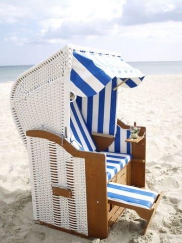 Nutzen und entspannen Sie in Ihrem eigenen Strandkorb, dieser steht am weißen Osteestrand in Baabe für Sie bereit.