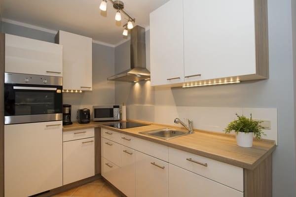 Küche: Geniessen sie den Konpfort der modernisierten Küche aus 2016 mit allem was Sie von zu Hause kennen.(Mikrowelle/Backofen/Ceranfeld/Geschirrspühler/Kaffemaschine/Haffepad Maschine)