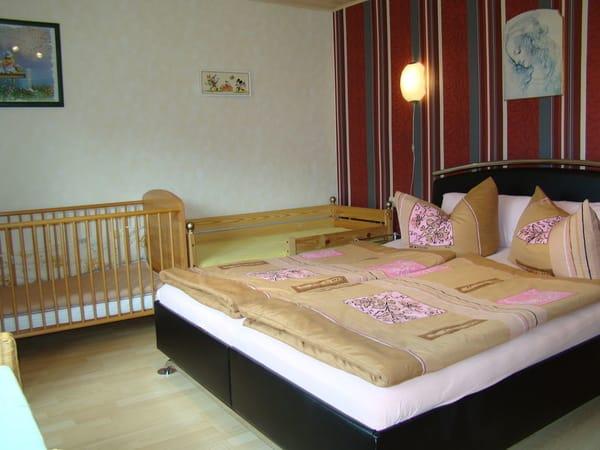Schlafzimmer mit  Doppelbett,Jugendbett und Babybettchen