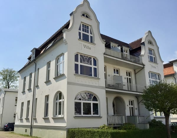 Die Wohnung liegt in der obersten Etage auf der Südseite, zum Wald, mit Strandkorb