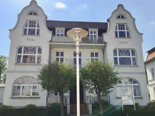 Die Wohnung ist in der obersten Etage auf der Südseite, also auf der Rückseite des Hauses, sie ist sehr ruhig und zum Wald gelegen, mit Strandkorb