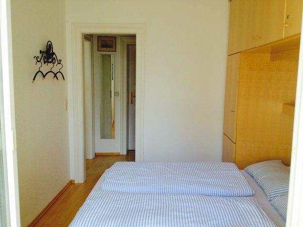 Tür zum Flur. Die andere Seite führt zum Balkon. Die Betten lassen sich hochklappen.