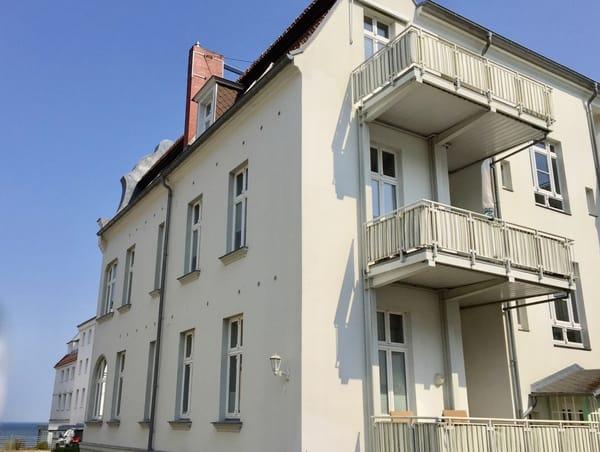 Die Wohnung liegt in der obersten Etage, im Hintergrund sieht man das Meer.