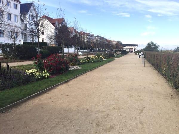 Über die Strasse, sind Sie auf der sonnigen, sehr gepflegten Promenade