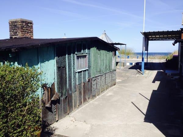 Die alten Fischerhütten sind inzwischen restauriert, man bekommt dort leckere, gut belegte Fischbrötchen. Und manchmal auch frischen Fang. Sehr zu empfehlen!