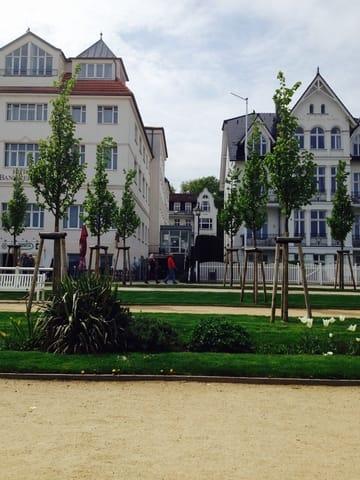 Das Haus im Hintergrund mit dem geschwungenen Giebel ist die Villa Frieda