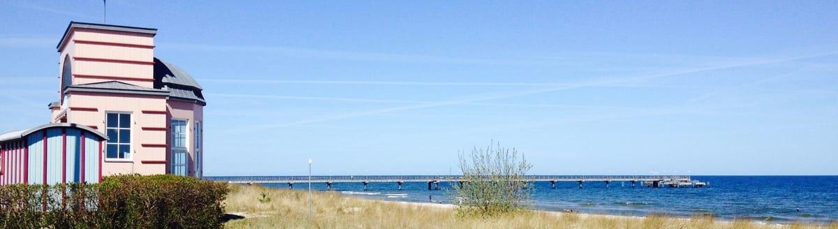 Über die Strasse sind Sie am Strand mit einem bezaubernden Musikpavillon und Badekarren aus der Zeit