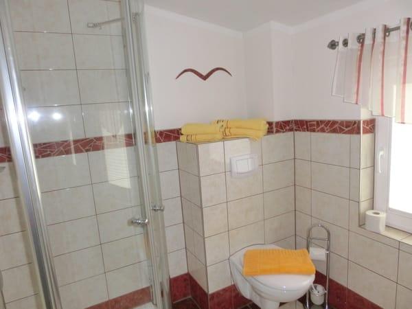 Bad mit Fenster und Dusche