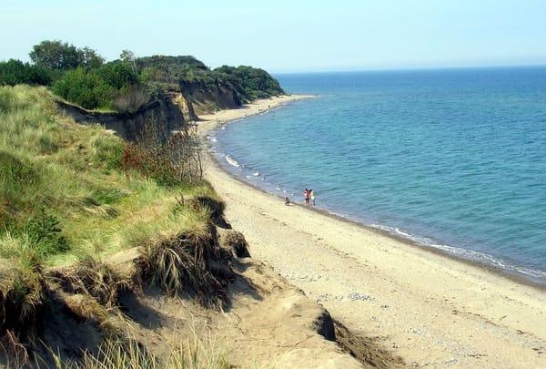 Am nahen naturbelassenen Strand kann man gut verweilen, herrliche Spaziergänge machen und am Abend der Sonne bein Untergehen zusehen...