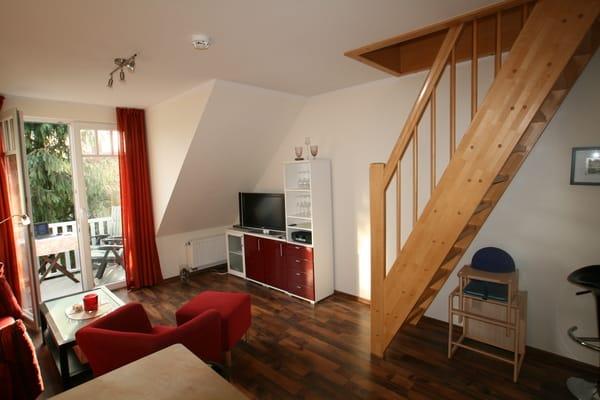 Wohnzimmer mit Flachbildfernseher und DVD-Player, Bose Radio mit CD Player