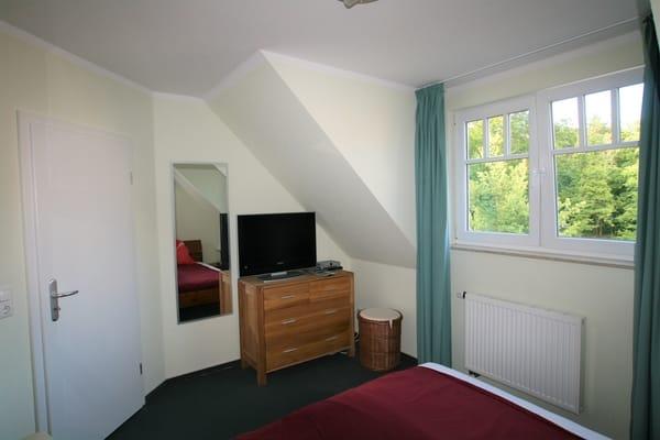 Unteres Schlafzimmer mit TV und DVD-Player