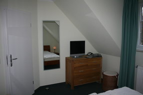 Unteres Schlafzimmer mit Fernseher und DVD Player