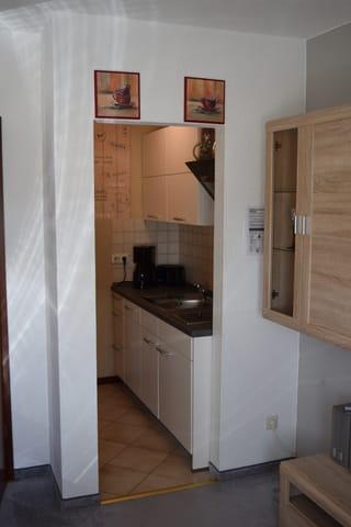 Küchenzeile mit Ceran-Kochfeld, Kühlschrank, MInibackofen, Geschirrspüler, Toaster, Wasserkocher und Kaffeemaschine