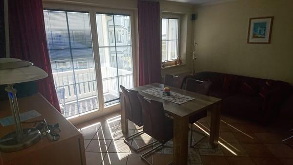 Wohnzimmer mit Balkonzutritt