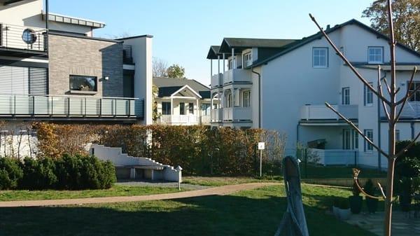 Durchblick von der Promenade zum Balkon der Wohnung im Haus Max