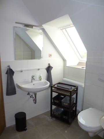 Bad mit Waschtisch, WC und geräumiger, ebenerdiger Dusche