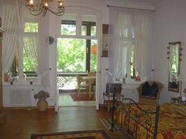 kombiniertes Wohn/Schlafzimmer mit Blick zur Loggia