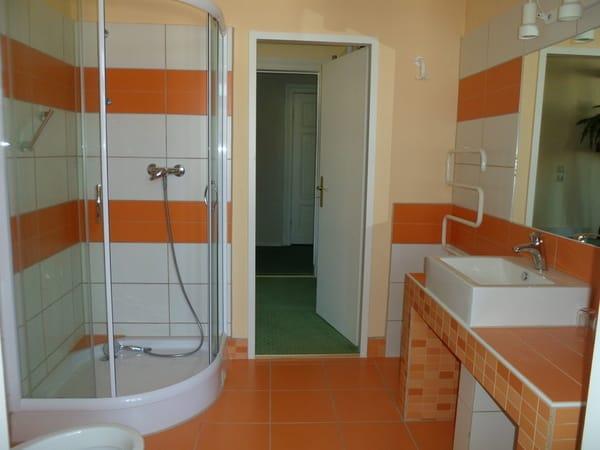 geräumiges Bad mit kleiner Veranda