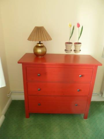 farblich abgestimmte Möbel