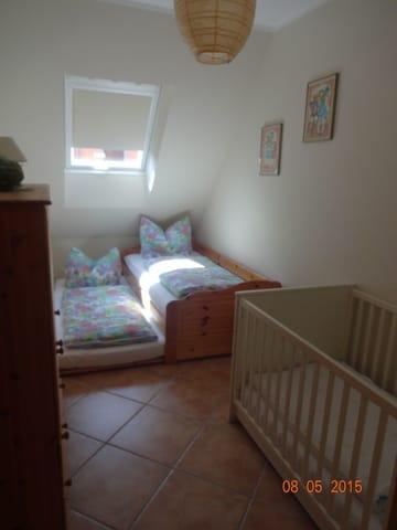 Kinderzimmer mit Tandembett und Gitterbett