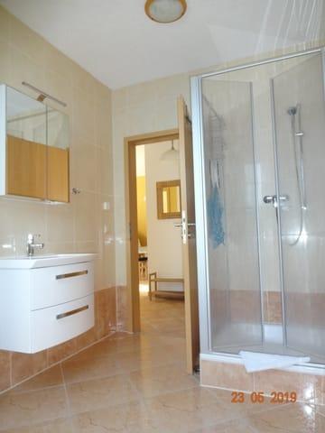Badezimmer mit Dusche, WC und Waschbecken