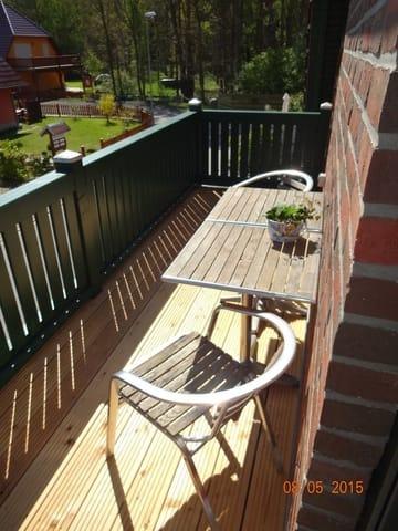 Balkon mit Tisch und 4 Stühlen (Morgensonne)