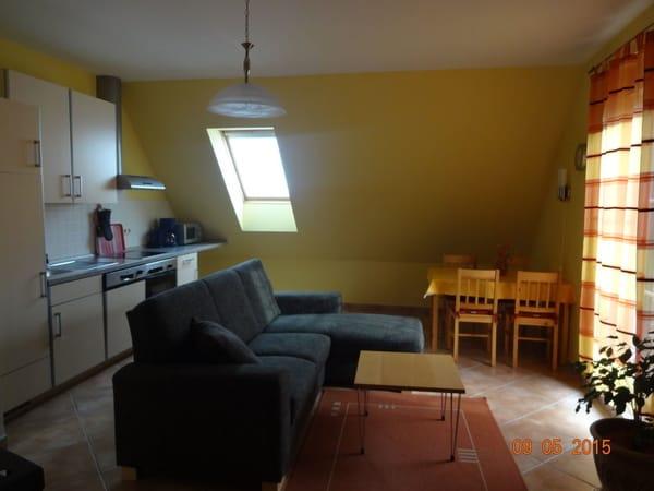 Küche mit Ess- und Wohnbereich (Zugang zum Balkon)