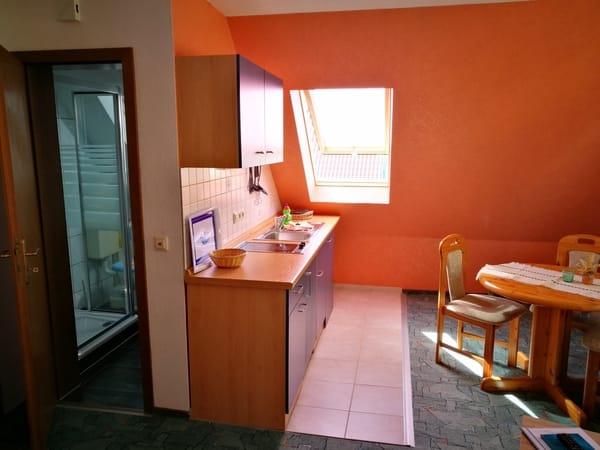 Wohn-/Essbereich mit Küchenzeile