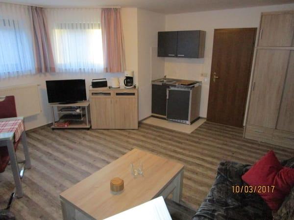 Wohnzimmer mit Blick zur Miniküche