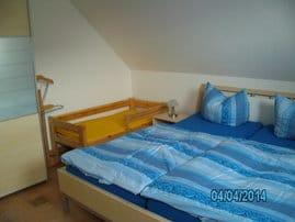 1. Schlafzimmer mit Kinderbett