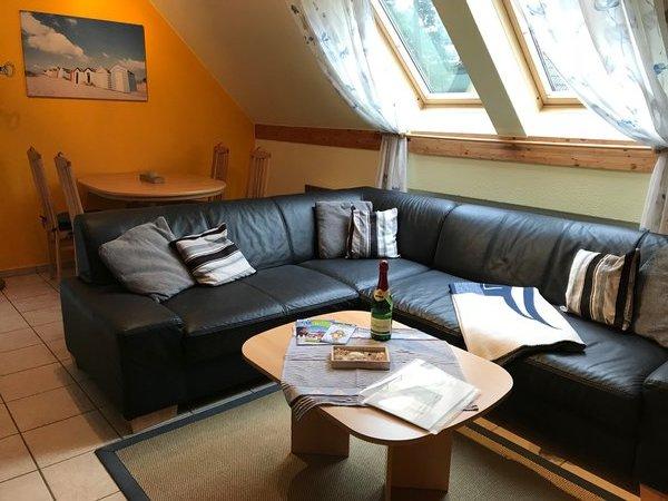 Wohnzimmer mit Esstisch und Sitzecke