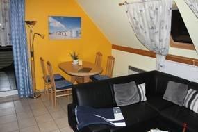Wohnzimmer mit Esstisch für 4 Personen