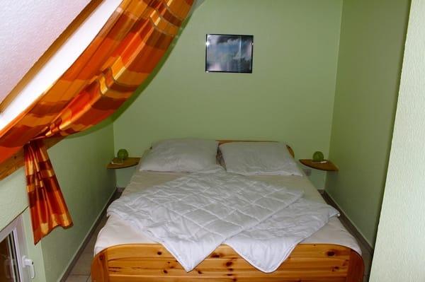 Schlafzimmer I mit Bett (2,00 m x 1,80 m)