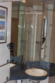 Bad mit Waschtisch, Dusche, WC und Föhn