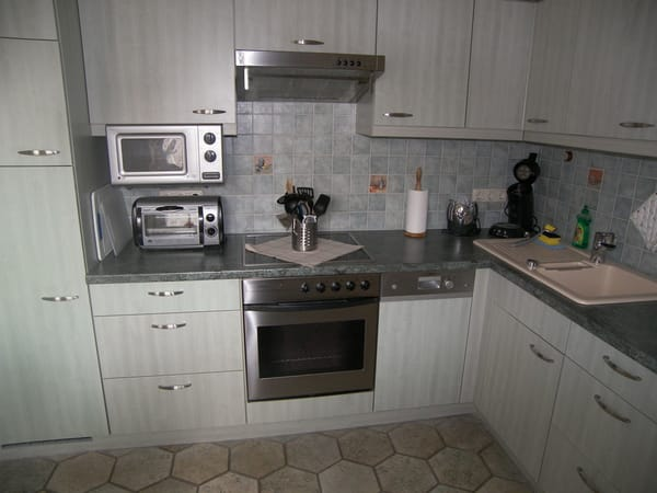 Kühlschrank mit großem Gefrierfach, Mikrowelle,Brötchenbackofen, Kaffeemaschine, Wasserkocher, Toaster u.v.m.