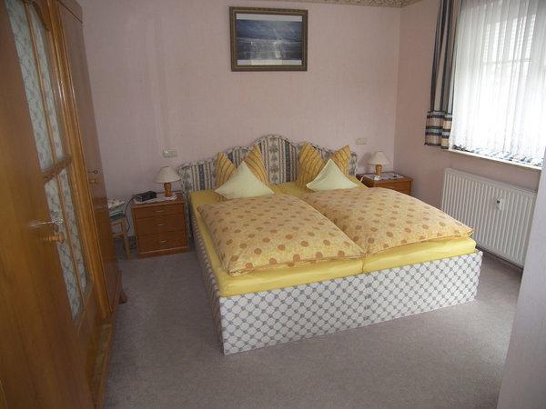 Doppelbett mit großem Kleiderschrank und Ausgang zum Balkon. ( Ostseite- Sonnenaufgang.)