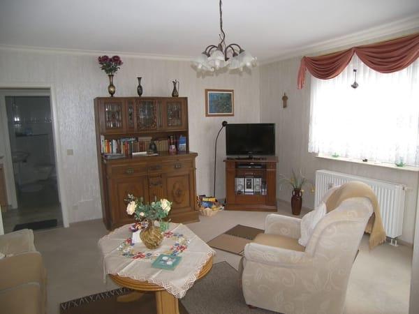 Das Wohnzimmer mit Flachbild-TV, DVD-Player & CD-Player.