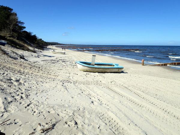 Strand mit Fischerboot